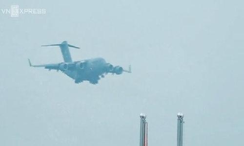 Phi cơ 'Ngựa thồ' chở siêu xe và trực thăng phục vụ Trump tới Hà Nội