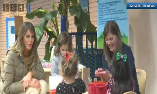 Melania Trump chơi nặn đất với trẻ em ở Alaska