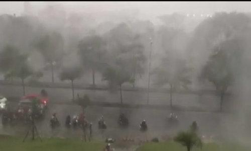 Sài Gòn mưa lớn trước bão số 14, hàng loạt tuyến đường ngập sâu