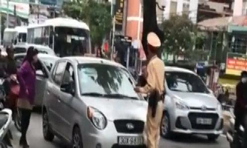 Nữ tài xế đẩy lùi cảnh sát giao thông hàng chục mét trên phố