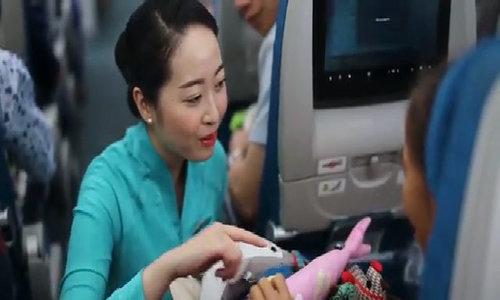 Trẻ được tặng thú bông trên chuyến bay Vietnam Airlines
