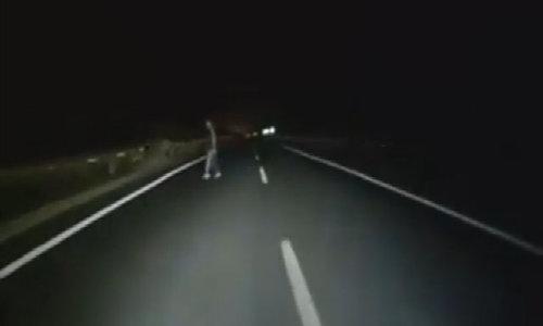 Người đàn ông sang đường như 'bóng ma' trên cao tốc