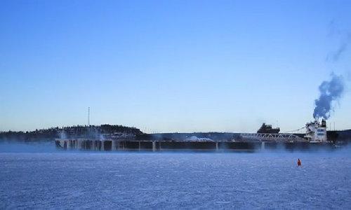 Tàu Mỹ vượt hồ băng, biến mất trong khói biển