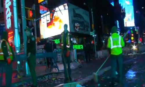 Quảng trường Thời đại xóa sổ 50 tấn rác sau tiệc năm mới