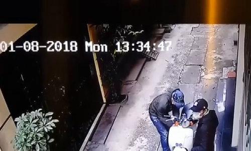 Nam sinh ngơ ngác vì bánh trước xe máy mất khóa chữ U