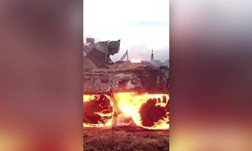 Lính Nga nhóm lửa nấu ăn làm cháy xe bọc thép
