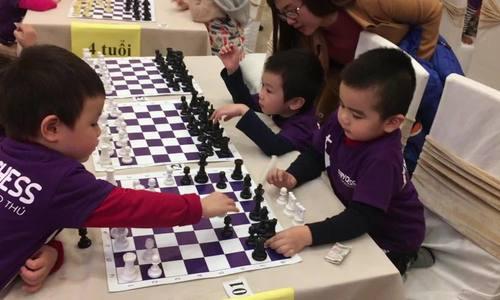 Bé 3 tuổi chơi cờ