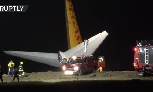 Máy bay chở hơn 160 người trượt khỏi đường băng, bị 'treo' vách đá