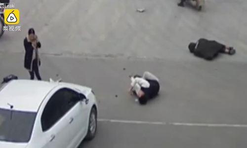 Chồng lái xe máy lao vào ôtô, người vợ co giật tại chỗ