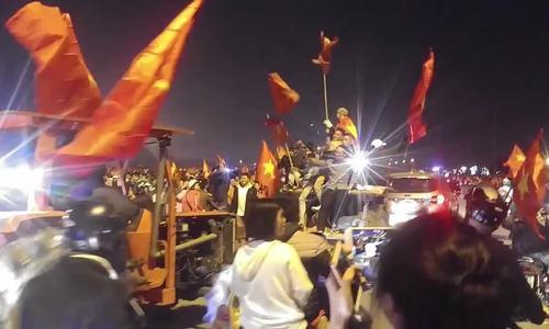 Những kiểu ăn mừng khác thường của cổ động viên Việt Nam