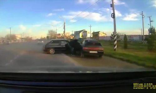 Người đàn ông suýt bị chèn chết khi đang mở cửa ôtô bên đường