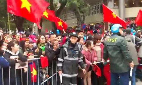 An ninh lập hàng rào ngăn cổ động viên tràn kín đường Hùng Vương