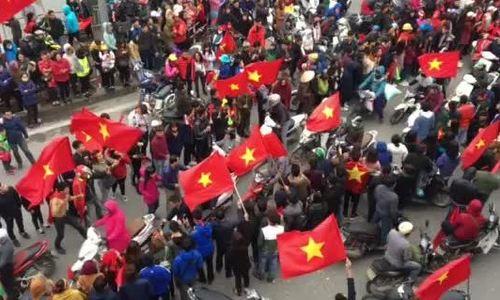 Ngã tư Đào Tấn - Liễu Giai chỉ còn một làn đường vì dòng người tràn ra chào đón U23 Việt Nam