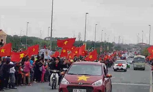 Người dân tràn ra đường dưới chân cầu Nhật Tân chào đón các cầu thủ U23