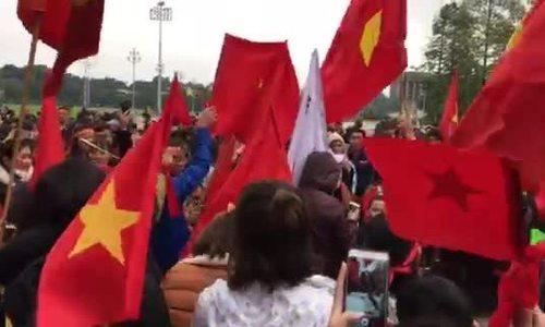 Người hâm mộ ở cổng Ngoại Giao (gần lăng Chủ tịch) hô tên của từng cầu thủ U23 Việt Nam