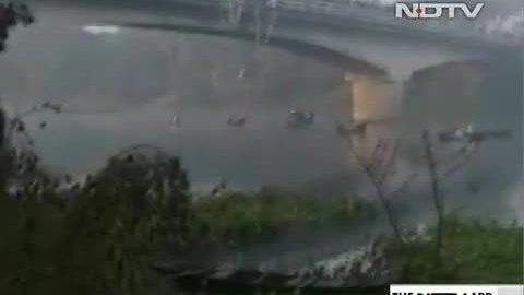 Xe buýt lao xuống sông ở Ấn Độ, 36 người thiệt mạng