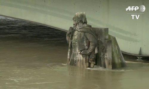 Nước sông Seine dâng cao, 1.500 người dân Paris đi sơ tán