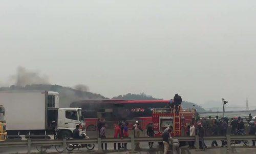 Hành khách đập cửa kính thoát khỏi xe khách 48 chỗ bốc cháy