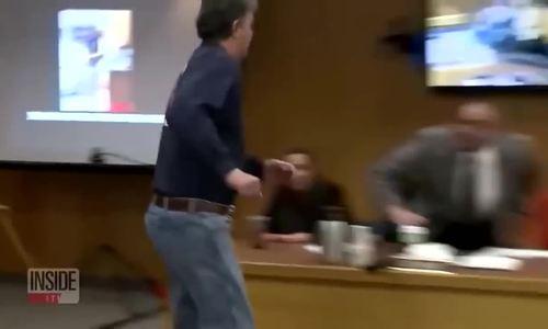 Ông bố Mỹ tấn công bác sĩ lạm dụng tình dục tại tòa
