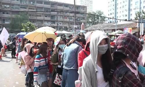 Hàng nghìn người xếp hàng ở sân vận động Thống Nhất