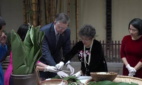 Đại sứ Mỹ lần đầu gói bánh trưng truyền thống của Việt Nam