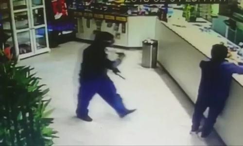 Chủ tiệm sushi Italy dùng dao chống trả hai tên cướp mang súng