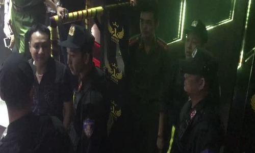 Dân chơi nhốn nháo khi cảnh sát ập vào quán bar ở Sài Gòn