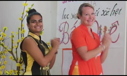Thầy cô Tây ở Sài Gòn hát 'Ngày Tết quê em' tặng học trò