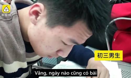 Vali sách và bài tập về nhà - hành trang ăn Tết của học sinh Trung Quốc
