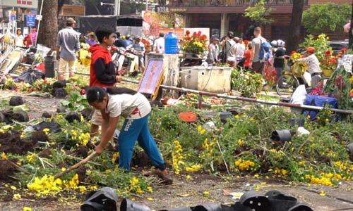 Lái thương đập hoa phản đối người dân