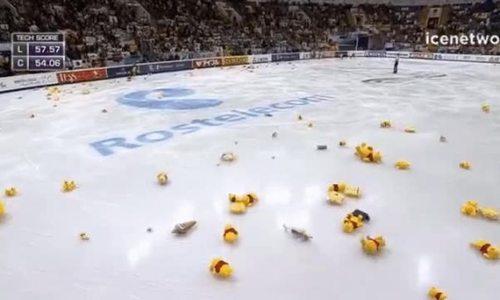 Cổ động viên Olympic ném hàng trăm con gấu bông xuống sân băng