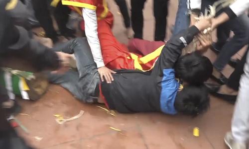 Tranh cướp, giẫm đạp để lấy lộc tại lễ hội ở Vĩnh Phúc