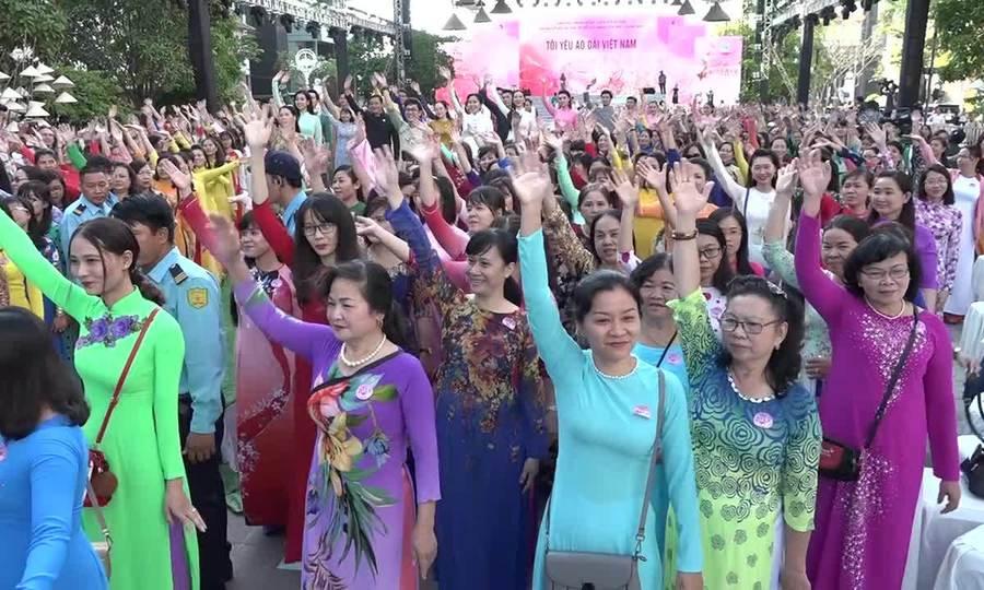 Hàng nghìn người Sài Gòn đồng diễn trong trang phục áo dài