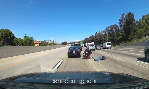 Tay lái môtô phân khối lớn văng ra đường khi tránh đâm vào ôtô