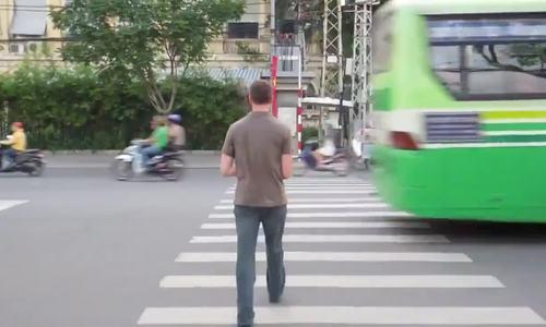 Màn sang đường 'lạnh lùng' của trai Tây trên đường phố Việt Nam