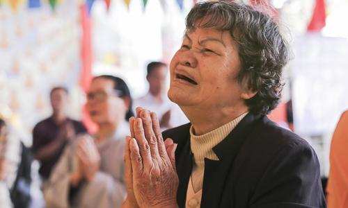 Mẹ khóc tìm bài vị con trong lễ cầu siêu Gạc Ma