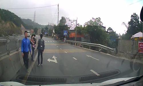 Tôi hốt hoảng, run bần bật khi phát hiện đứa bé bò giữa làn đường ôtô