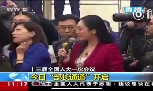 Nữ phóng viên Trung Quốc lườm đồng nghiệp trên sóng truyền hình
