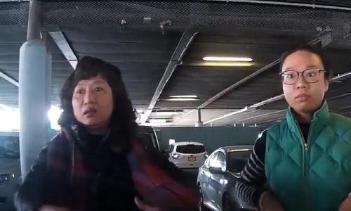 Hai phụ nữ đứng chắn trước đầu ôtô quyết giành chỗ đỗ