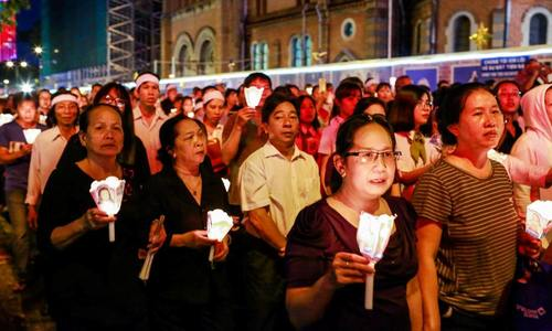 Hàng chục nghìn giáo dân rước linh cữu Tổng Giám Mục Phaolô Bùi Văn Đọc trong đêm