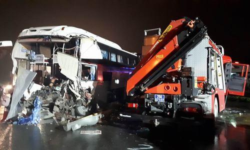 Xe cứu hỏa tai nạn trên đường làm nhiệm vụ, 4 chiến sĩ thương nặng.
