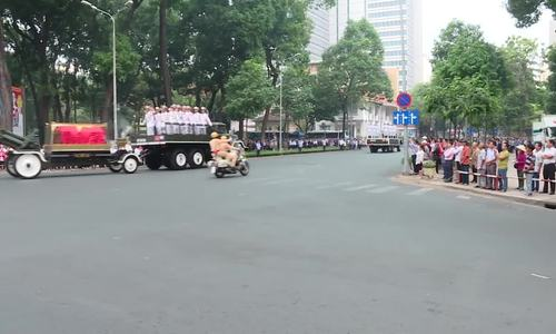 Hàng nghìn người dân đứng ven đường đưa tiễn nguyên Thủ Tướng Phan Văn Khải