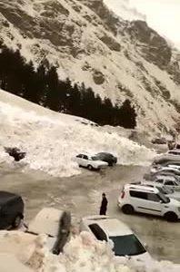 Lở tuyết chôn vùi hàng chục ôtô ở Nga