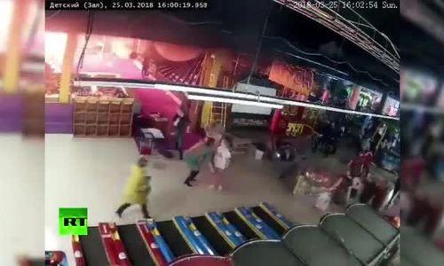 Khoảnh khắc lửa bùng phát trong trung tâm thương mại Nga