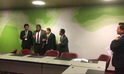 Quan chức Triều Tiên, Hàn Quốc bắt tay, cụng ly Thụy Sĩ