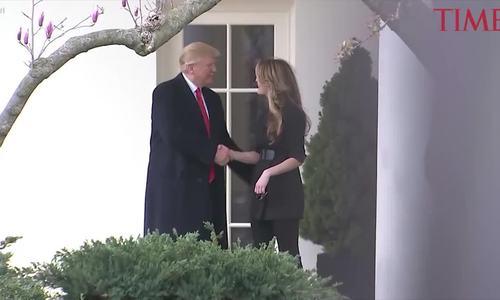 Trump lưu luyến chia tay nữ giám đốc truyền thông