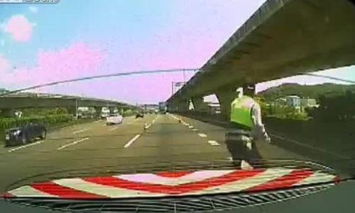 Cảnh sát giao thông bỏ chạy khi xe container lao tới không phanh