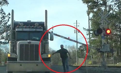 Nhảy khỏi xe tải, tài xế Mỹ thoát cú đâm của tàu hỏa