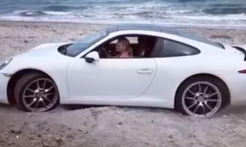 Porsche 911 mắt kẹt trên bãi biển