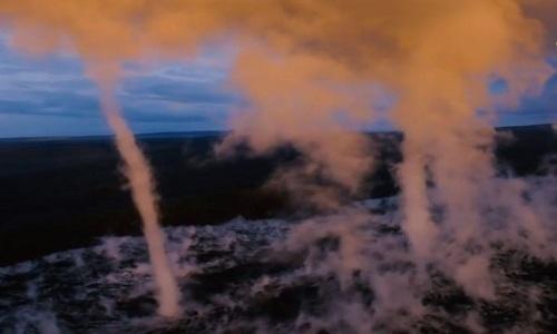 Vòi rồng vươn thẳng lên mây từ miệng núi lửa Hawaii